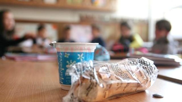 """Programul """"laptele și cornul"""" revine. Elevii din Dolj vor primi din nou cornuri, lapte și mere. Contractele se vor încheia pentru următorii doi ani școlari."""