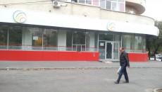 Unitatea care a aparținut Procredit Bank, în Rovine, nu mai este funcțională de aproximativ o lună și jumătate, spun localnicii, iar sigla cu denumirea băncii a fost dată jos de pe imobil (FOTO: Ramona Olaru)