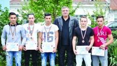 Cei cinci medaliați cu bronz de la CSM Craiova, alături de antrenorul Ion Joița