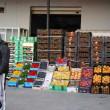 De ani buni, comerțul angro cu fructe și legume constituie un factor de evaziune. Statul se arată neputincios  în stârpirea acestui fenomen, iar evazioniștii găsesc metode noi de a fenta legea și de a nu plăti bani mulți la ANAF,  sub formă de impozite și taxe (FOTO: arhiva GdS)