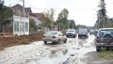 Șoferii circulau cu greu pe strada aflată în reabilitare de mai bine de un an