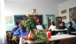 Pe banca în care stătea Daniela, colegii de clasă au pus flori și câteva lumânări (Foto: Bogdan Grosu)