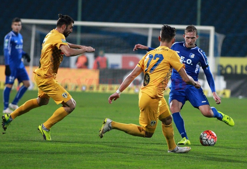 """Gorjenii (în albastru) au trecut cu bine și peste meciul cu """"lupii galbeni"""" (foto: digisport.ro)"""