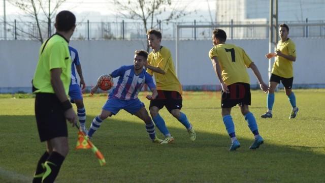 Alex Băluță (la minge) a reprezentat pericolul principal pentru jucătorii sibieni (foto: Alexandru Vîrtosu)