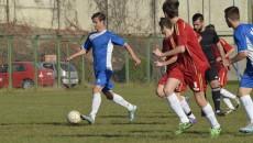 Deşi nu a marcat, Eusebiu Firu (la minge) a fost unul dintre cei mai buni jucători de pe teren (foto: Alexandru Vîrtosu)