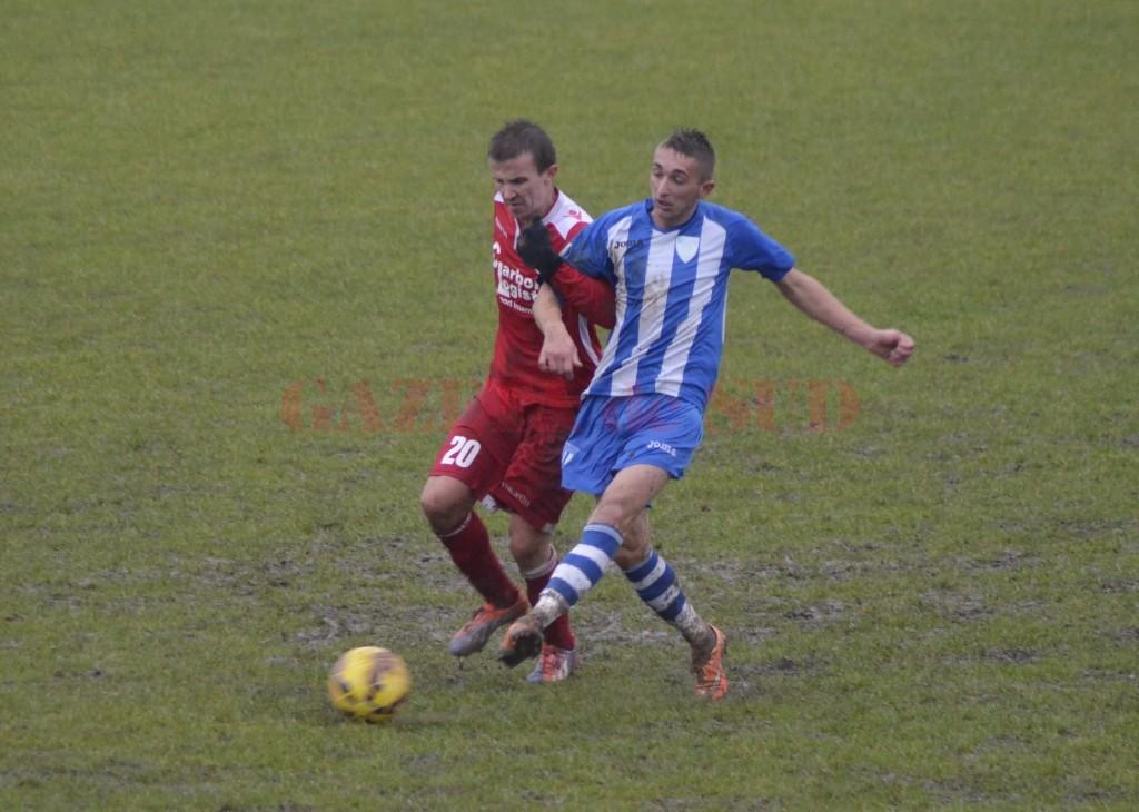 Lucian Scarlat (la minge) a revenit cu gol în echipa Craiovei (foto: Alexandru Vîrtosu)