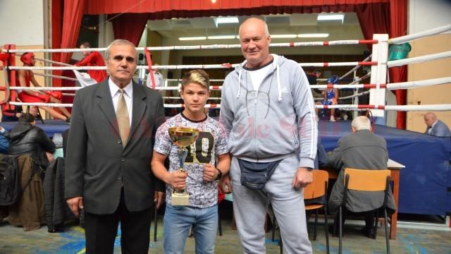 Campionul mondial la juniori, Cosmin Gârleanu, alături de antrenorul său, Ilie Captari (dreapta) și de reprezentantul federației, Constantin Martiniuc