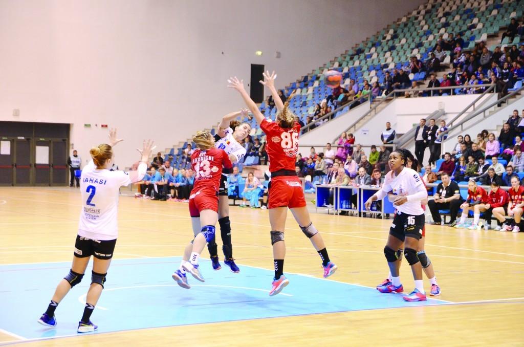 Jucătoarele craiovene (în tricou alb) au avut ceva emoţii în cele două dispute cu echipa din Serbia (Foto: Lucian Anghel)