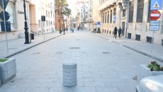 Mijloacele improvizate de interzicere a autovehiculelor în zona Centrului Vechi  vor fi înlocuite de bariere (Foto: Claudiu Tudor)