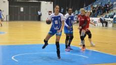 Dana Băbeanu (la minge) a marcat zece goluri (foto: Claudiu Tudor)