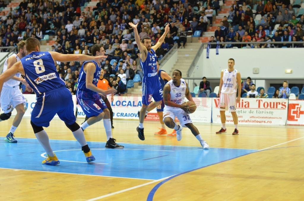 Johnson (la minge) a marcat 14 puncte în meciul cu BC Mureş (foto: Claudiu Tudor)