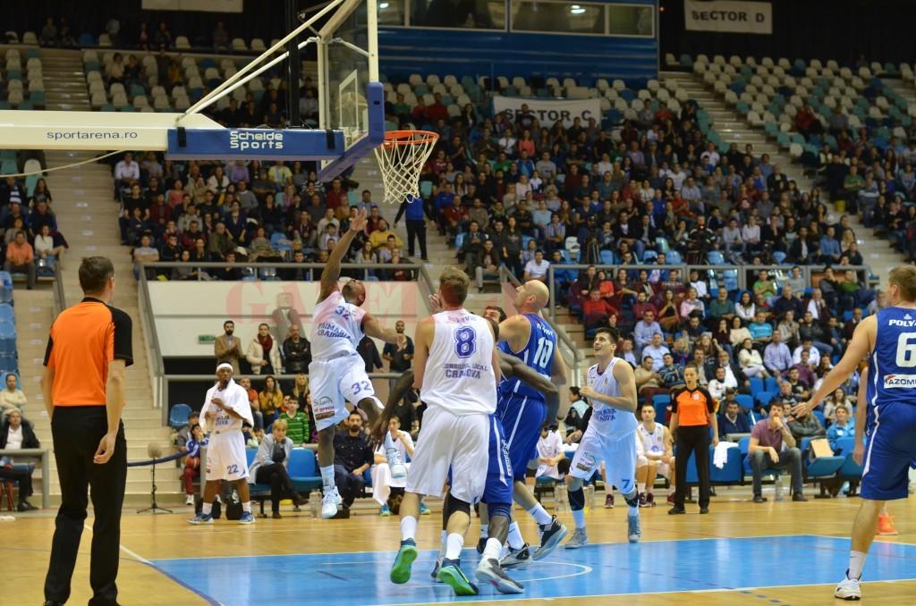 Baschetbaliştii craioveni (în alb) continuă în Cupa României