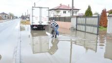 Asfaltarea străzii Brestei le-a adus oamenilor apă în loc de trotuar (Foto: Traian Mitrache)