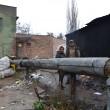 În spatele pieţei, platforma de gunoi este permanent ocupată de oameni fără adăpost (Foto: Bogdan Grosu)
