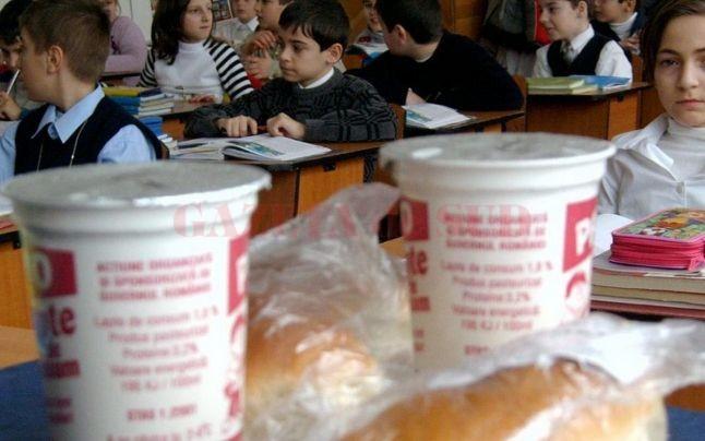 Zeci de copii au ajuns la spital după ce au consumat lapte, în două școli din Prahova (foto: Adevarul.ro)