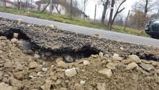 Drumul Judeţean 672 prezintă deja fisuri (Foto: Eugen Măruță)