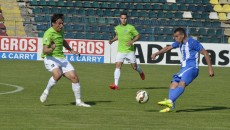 Mădălin Ciucă (stânga), fostul căpitan al defunctei FC Universitatea Craiova, a marcat unicul gol al meciului, iar Bawab şi colegii săi nu-şi revin (Foto: Alexandru Vîrtosu)