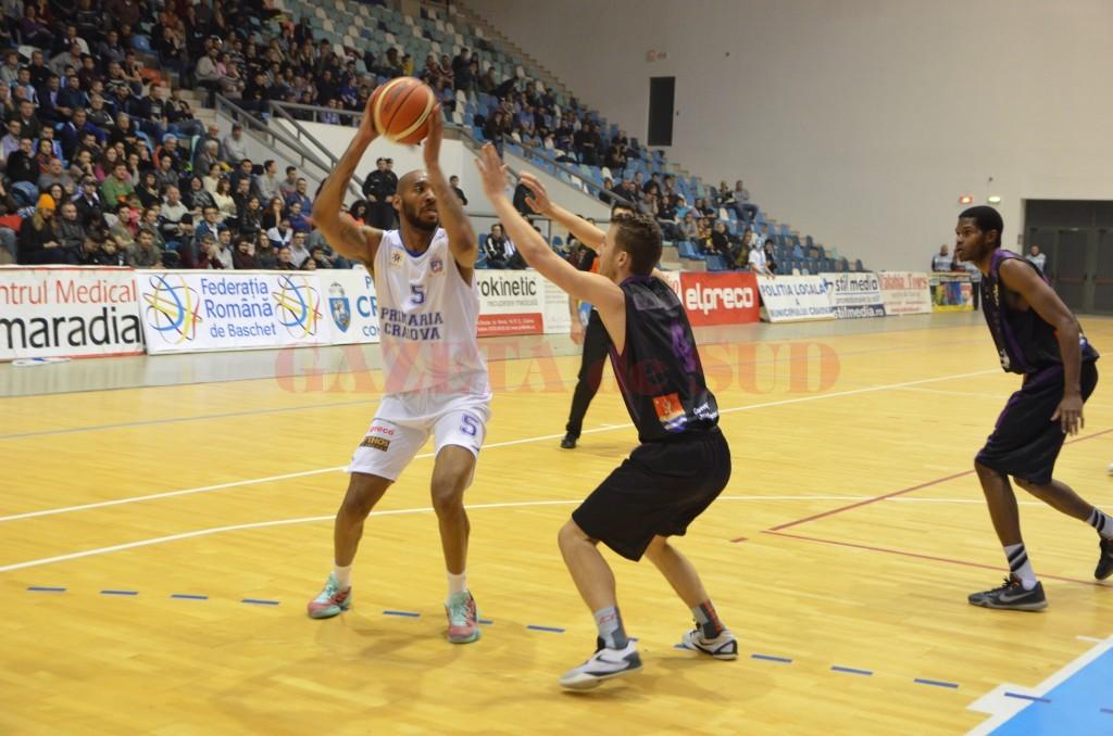 Travis Bureau (la minge) a redebutat la SCM-U Craiova în aplauzele publicului (foto: Claudiu Tudor)