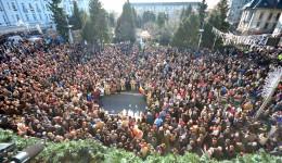 Craiovenii au venit în număr mare în centrul Băniei pentru a participa la ceremonia  militar-religioasă organizată de Ziua Națională a României (Foto: Traian Mitrache)