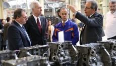 Jan Gijsen, președintele Ford România (dreapta), discută cu Jame Ornis Canavate, directorul Secţiei Motoare (în salopetă),  cu ambasadorul SUA, Hans Klemm, şi cu John Oldham, director în cadrul Ford (Foto: Lucian Anghel)