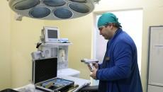 Dr. Alin Stoica este unul dintre cei cinci specialiști ai clinicii care salvează viețile micuților pacienți (Foto: Lucian Anghel)