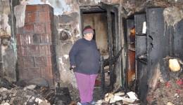 Casa Elenei Mihăilescu a fost mistuită de flăcări (Foto: Lucian Anghel)