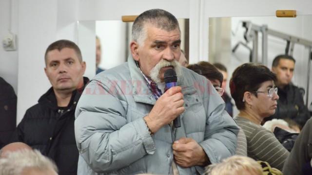 Mihai Nicolae are nevoie de rampă pentru a transporta mai uşor o persoană din familie,  cu handicap (FOTO: Traian Mitrache)