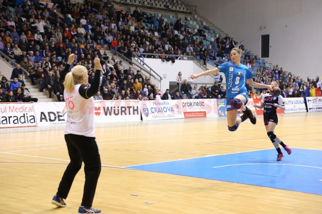 Jelena Zivkovic (la minge) a făcut un meci bun (foto: Lucian Anghel)