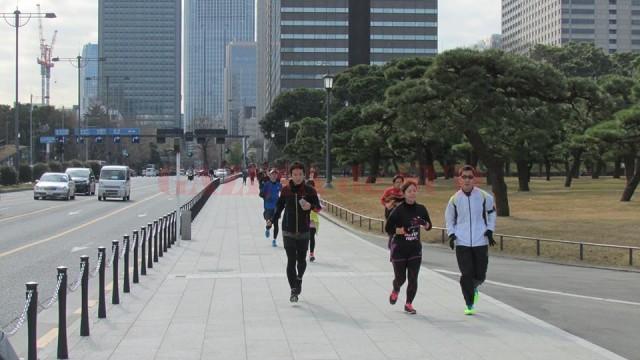 Încă de la primele ore ale dimineții, japonezii aleargă pe trotuare și prin parcuri