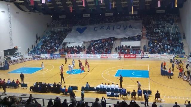 Într-una dintre tribune, spectatorii au fluturat un imens steag alb şi albastru