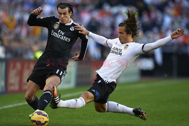 Gareth Bale (la minge) a marcat, dar nu a reuşit să facă diferenţa în meciul cu Valencia