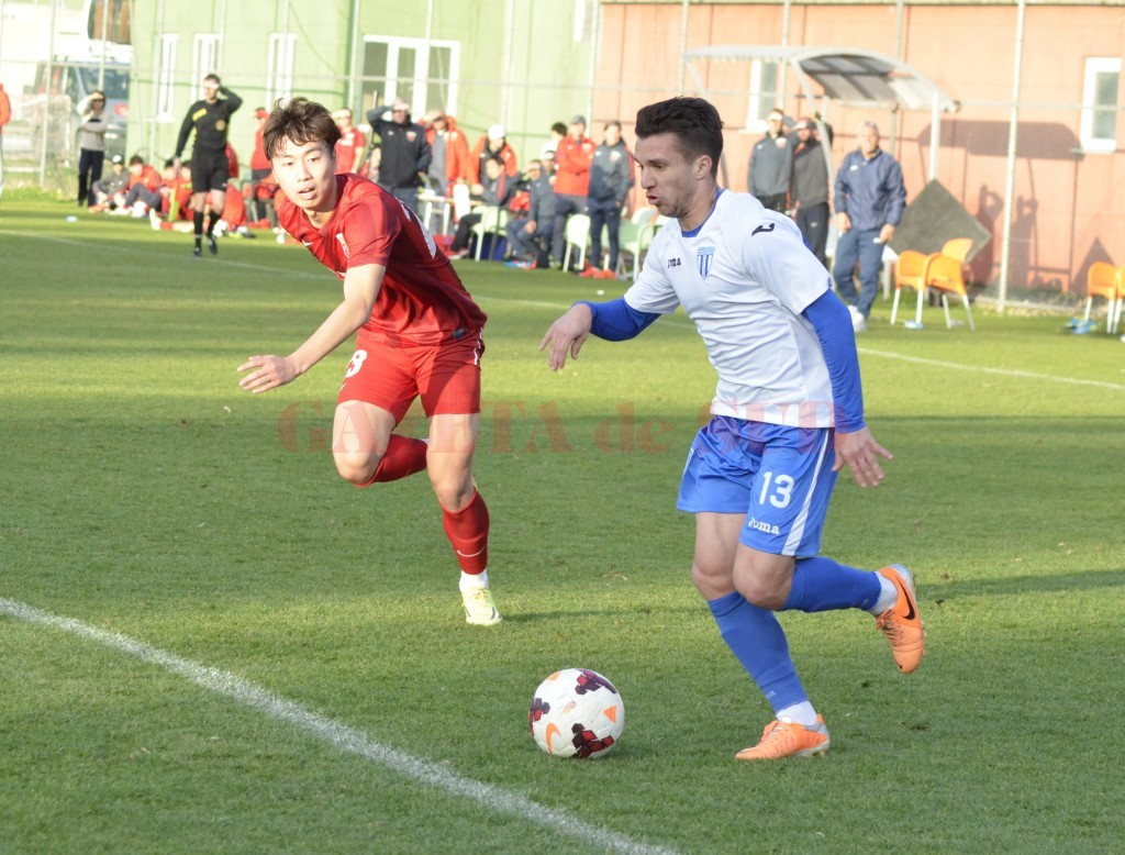 Alex Băluță (la minge) și colegii săi vor susține mâine primul amical din Antalya (foto: Alexandru Vîrtosu)