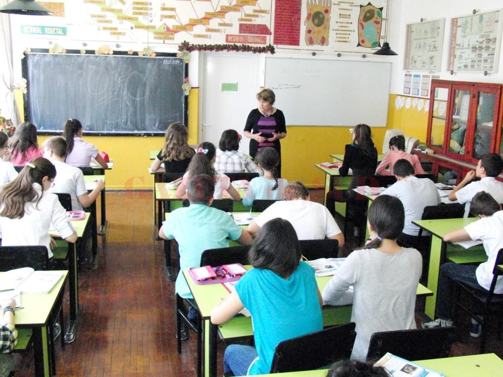 Profesorii din Dolj au optat pentru varianta de plan-cadru potrivit căreia elevii vor studia fizica și chimia din clasa a V-a (Foto: Arhiva GdS)