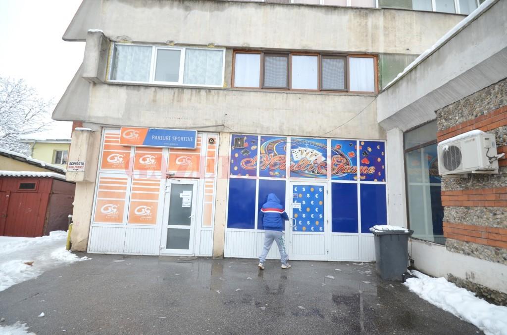 Firma de curierat Total Post chema contribuabilii într-un cazinou (cu albastru) ca să-și ridice corespondența trimisă de Primăria Craiova, în timp ce în acte biroul firmei de curierat figura în clădirea de lângă cazinou, în spațiul cu pariuri sportive (Foto: Traian Mitrache)