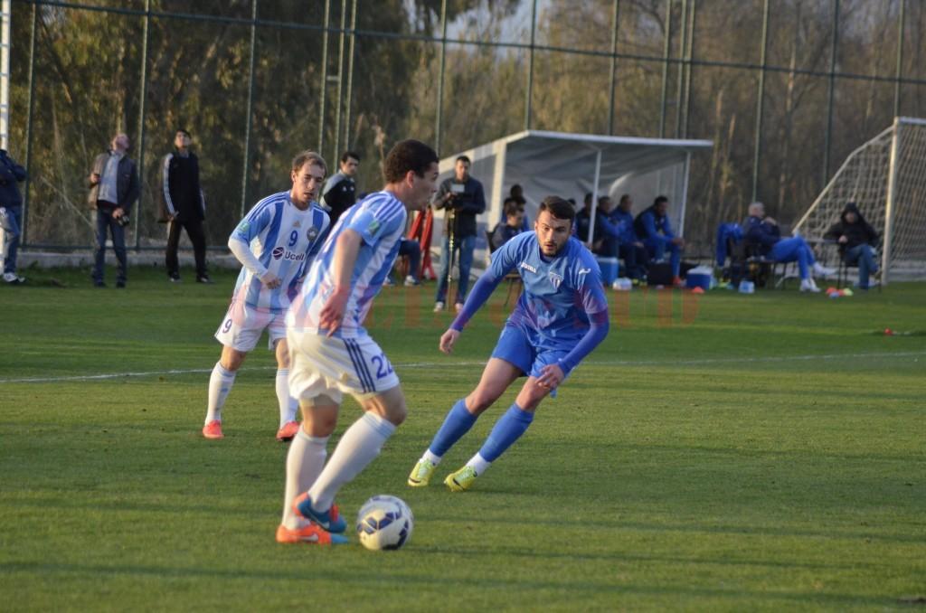 """Andrei Hergheligiu (în albastru) a dat golul de """"onoare"""" al Craiovei în meciul cu Austria Viena (foto: Alexandru Vîrtosu)"""
