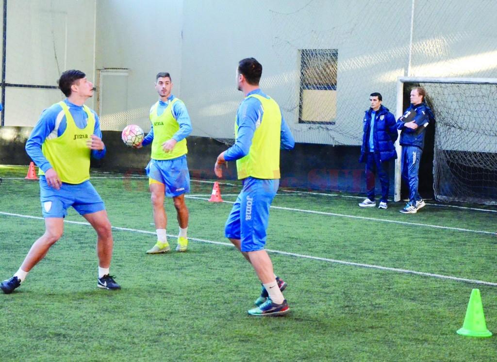 Daniel Mogoşanu şi Victor Naicu au comandat antrenamentul de dezmorţire al alb-albaştrilor (Foto: Alexandru Vîrtosu)