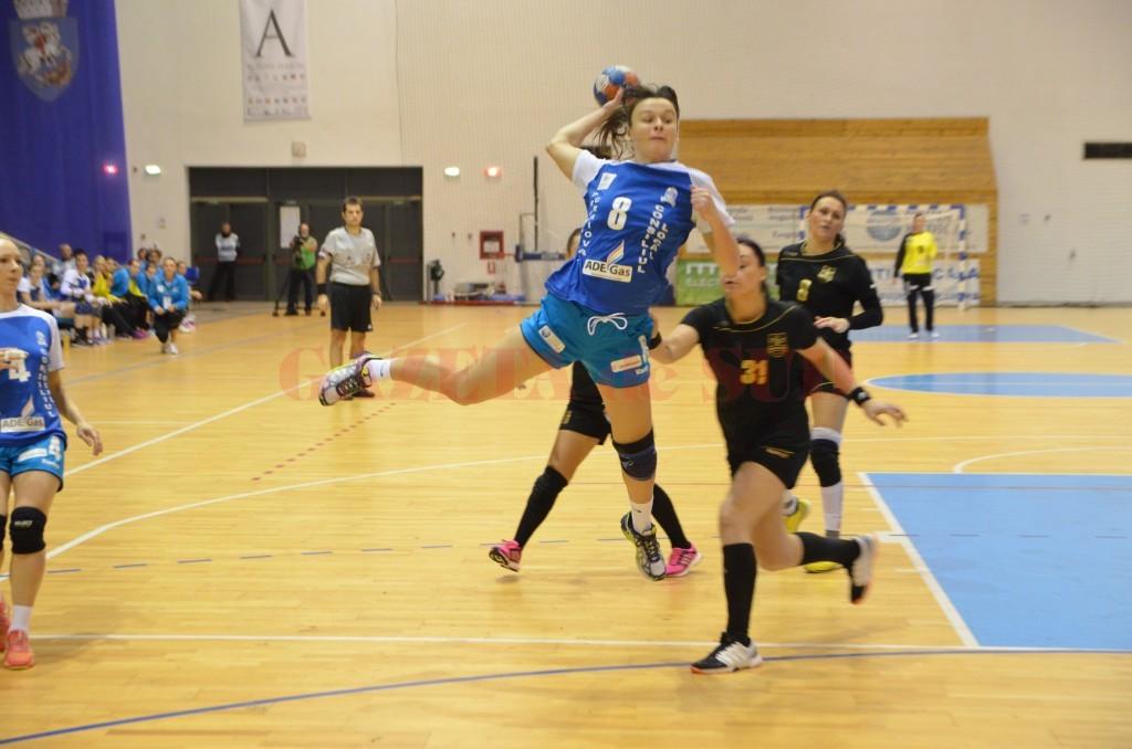 Alexandra Georgescu (la minge) a marcat şase goluri cu Brăila (foto: Claudiu Tudor)