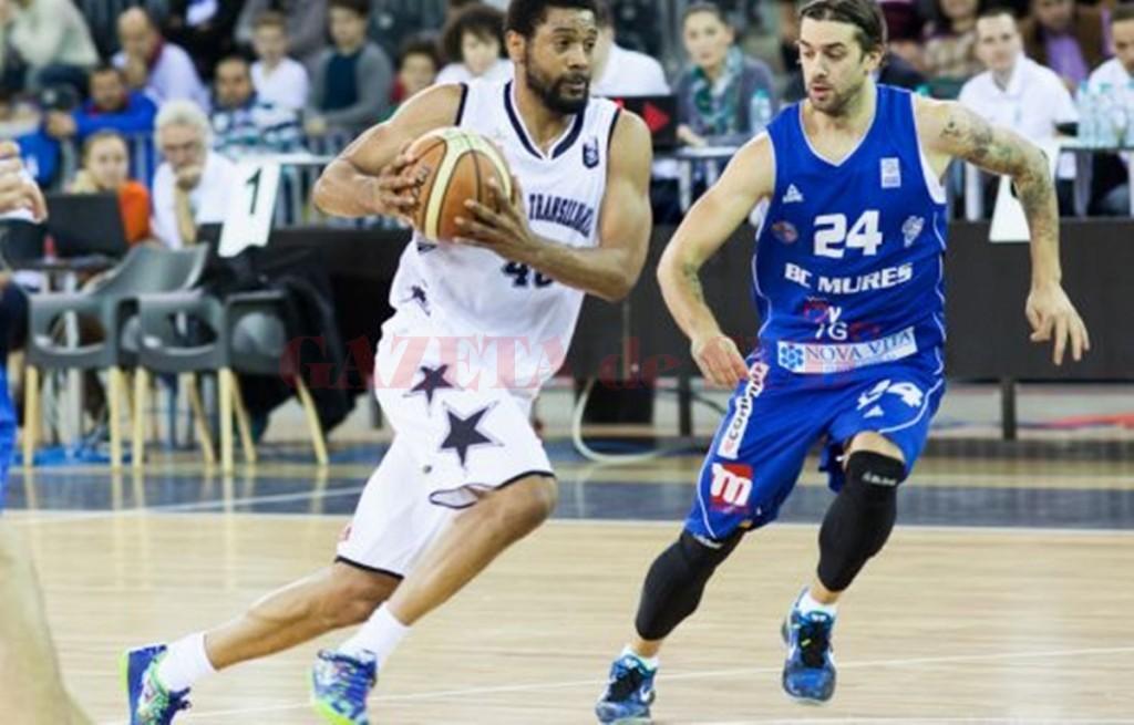 Darius Hargrove (la minge) și-a petrecut ultimii doi ani și jumătate la echipa clujeană (foto: Radio Cluj)