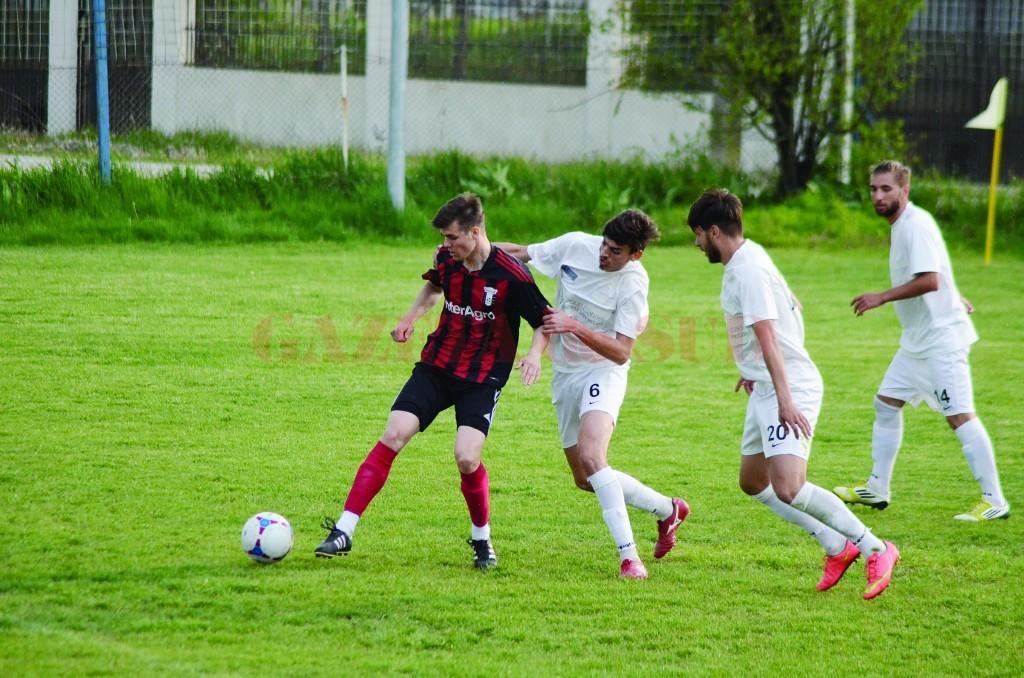 Eduard Dina (în alb, numărul 6) se va regăsi în centrul defensivei de la CSU II Craiova în partea a doua a campionatului (Foto: Alexandru Vîrtosu)