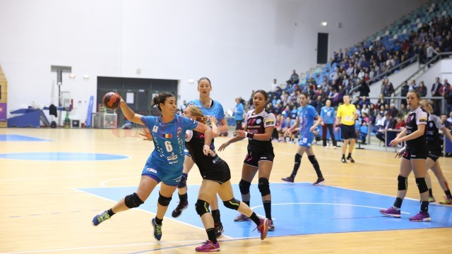 Carmen Şelaru (la minge) s-a luptat mult cu adversarele