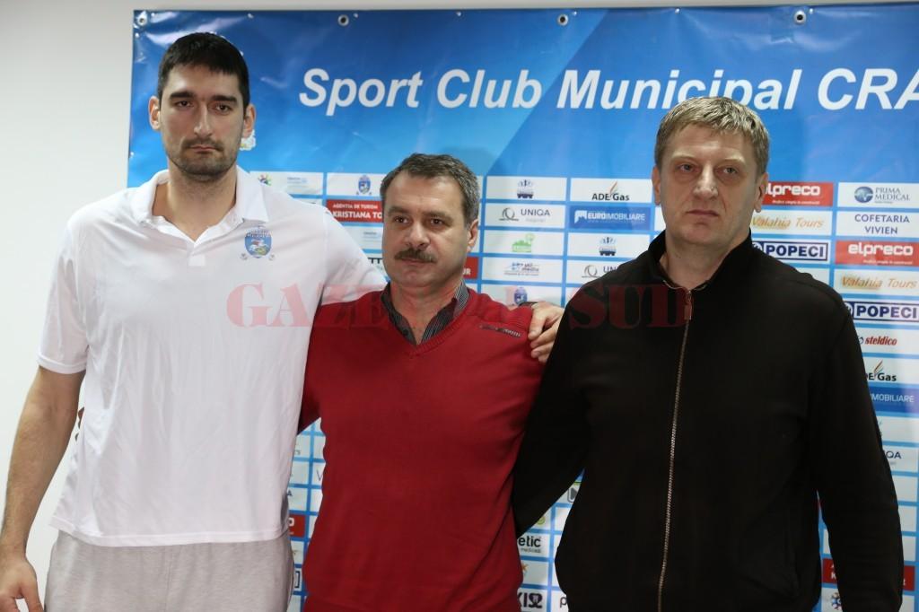 Mladen Pantic (stânga) a fost prezent la conferința de presă alături de directorul SCM Craiova, Marius Barcan (în centru), și de antrenorul Oliver Popovic (foto: Lucian Anghel)