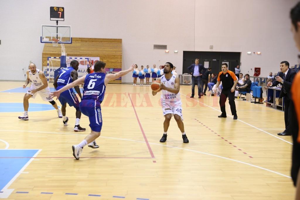 Darius Hargrove (la minge) a marcat 17 puncte în meciul de debut la SCM-U Craiova (foto: Claudiu Tudor)
