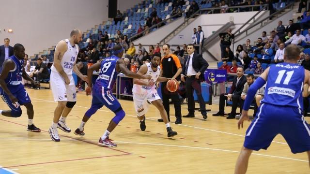 Darius Hargorve (la minge) a marcat 17 puncte în meciul de debut la SCM-U Craiova (foto: Claudiu Tudor)