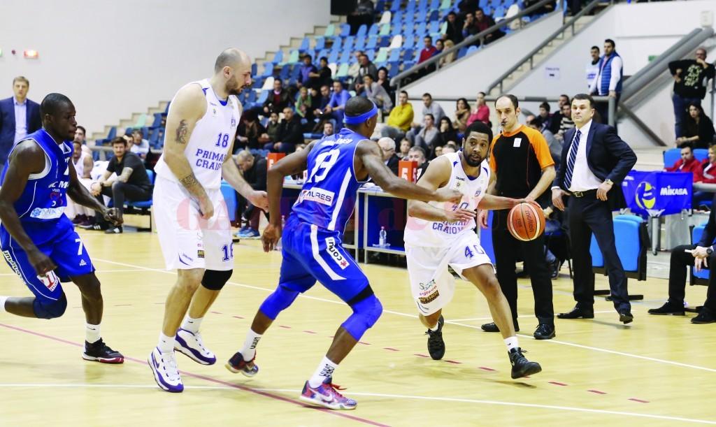 Darius Hargrove (la minge) şi colegii săi sunt pe drumul cel bun în Liga Naţională (Foto: Claudiu Tudor)