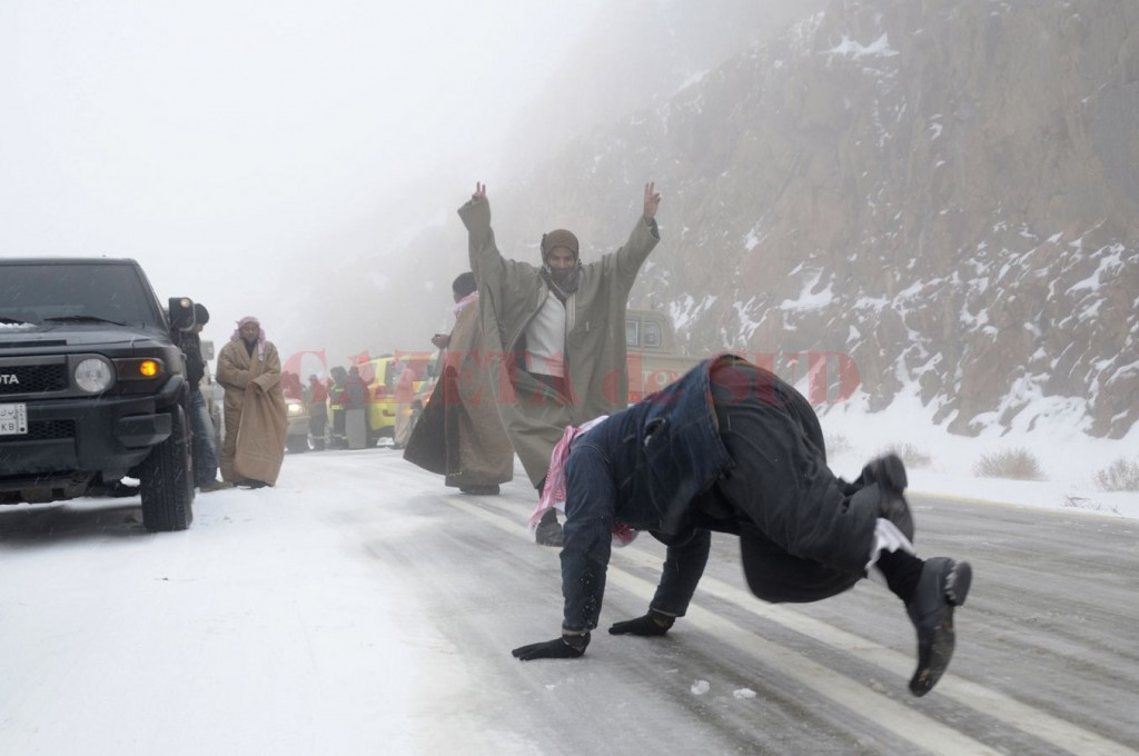People-play-with-snow-after-a-heavy-snowstorm-in-the-desert-near-Tabuk-1500-km-932-miles-from-Ri