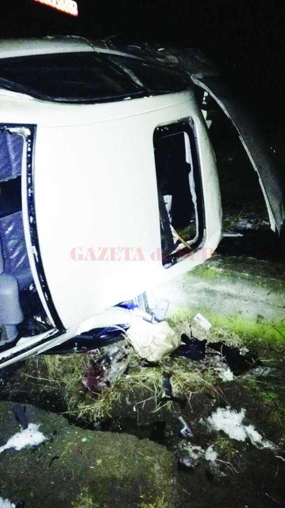 Doi tineri și-au pierdut viața după ce mașina în care se aflau s-a răsturnat pe DJ 546, în comuna Curtișoara, Olt (Foto: ISU Olt)