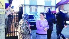 Romii au blocat accesul la branșament (Foto: Eugen Măruţă)