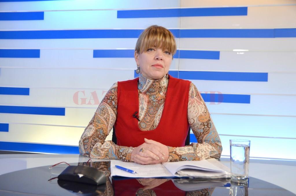 Directorul executiv al CJP Dolj, Daniela Licu, a vorbit, în studioul Alege TV, despre documentele necesare celor care au lucrat cu grupe de muncă pentru a beneficia de avantajele legii la pensionare (Foto: Bogdan Grosu)