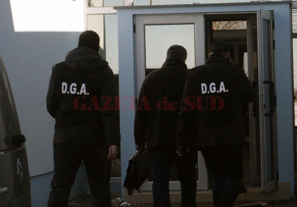 Cei trei polițiști de frontieră au fost ridicați de ofițerii Serviciului Anticorupţie Dolj pe 12 noiembrie 2015