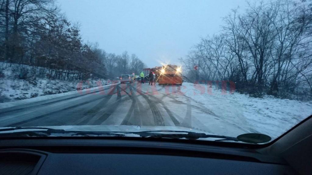 Iarna a pus stăpânire pe drumurile din judeţ